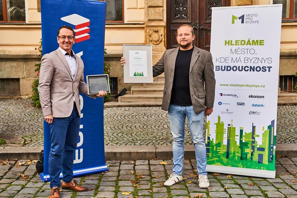 Popis: Martin Charvát a Radim Jelínek s oceněním pro vítězné Pardubice.