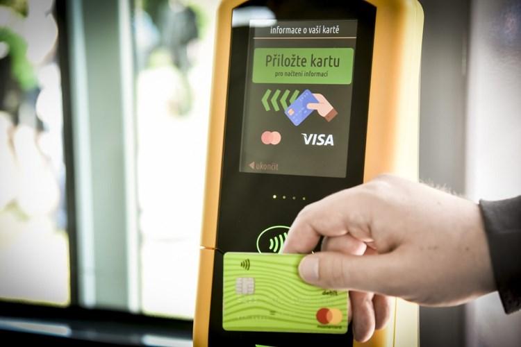 Už půl roku cestující v Brně pípají. Bezkontaktní platbu za jízdenky si oblíbili