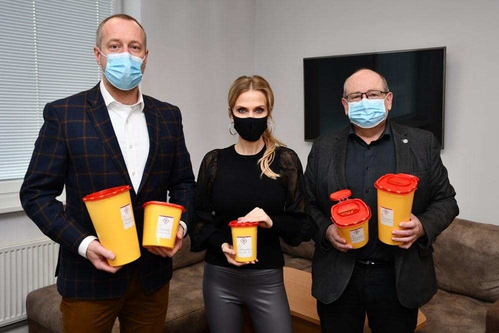 Generální ředitel Alfa Plastik Mgr. Tomáš Jursa přivezl s bruntálskou rodačkou a modelkou Michaelou Ochotskou do krnovské nemocnice dar v podobě 500 kusů zdravotnických nádob. U jejich převzetí byl ředitel nemocnice MUDr. Ladislav Václavec, MBA.