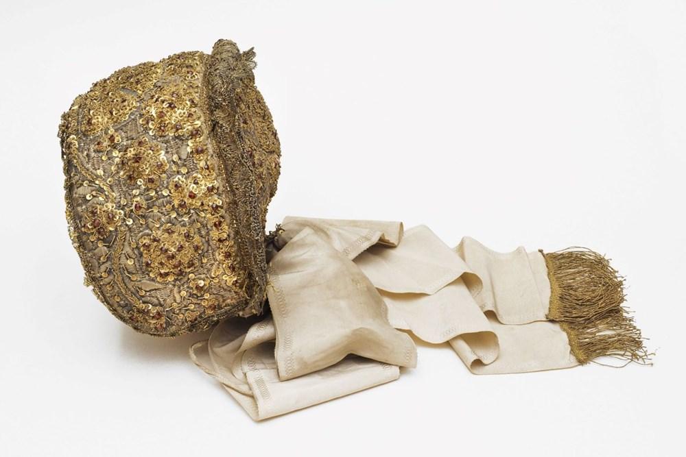 Bohatě zdobený čepec reliéfní zlatou výšivkou vytvořenou technikou tzv. krumplování zlatou nití.