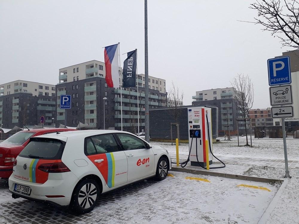 Dobíjecí stanice E.ON v pražských Stodůlkách.