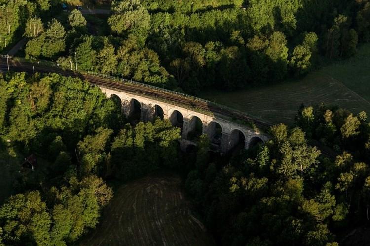 Železniční most u Sychrova je českou i světovou raritou