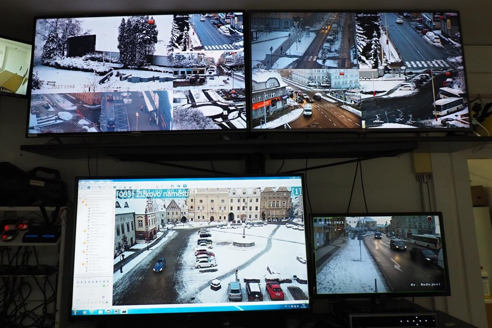 Kamera již sleduje pietní místo bývalého popraviště.