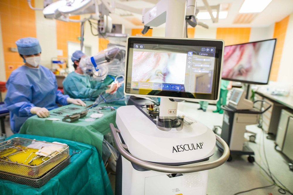 Operace nádoru ucha s 3D mikroskopem.