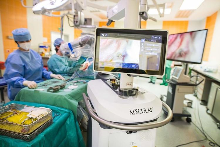 Motolští lékaři poprvé využili pro operaci nezhoubného nádoru ucha 3D mikroskop
