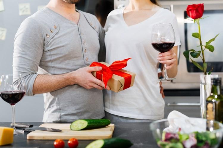 Muži často slaví Valentýna jen kvůli svým partnerkám, umějí se ale plácnout přes kapsu. Dárkům stále kraluje čokoláda