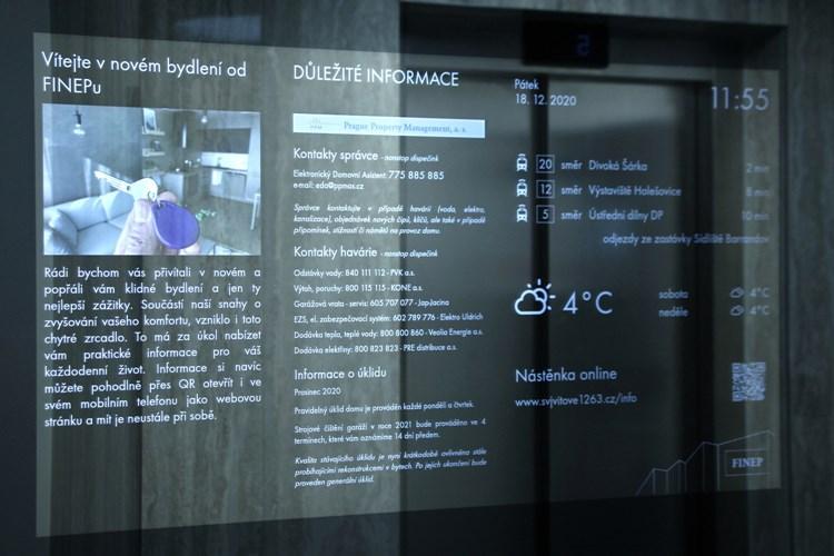 Chytrá řešení pronikají i do společných prostor novostaveb. Zrcadlo v rezidenčním domě na Barrandově informuje o počasí či dopravě