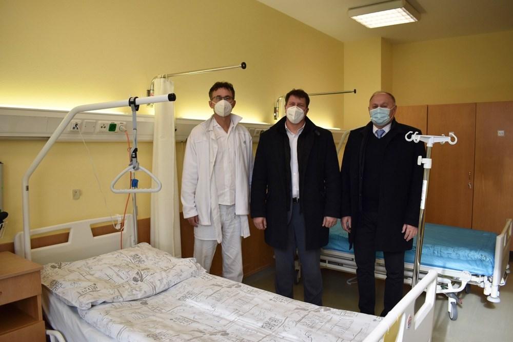 U nemocničního lůžka stojí zleva: MUDr. Richard Lenert, Ph.D., primář ORL, primátor města Opavy Ing. Tomáš Navrátil a ředitel Slezské nemocnice Ing. Karel Siebert, MBA.