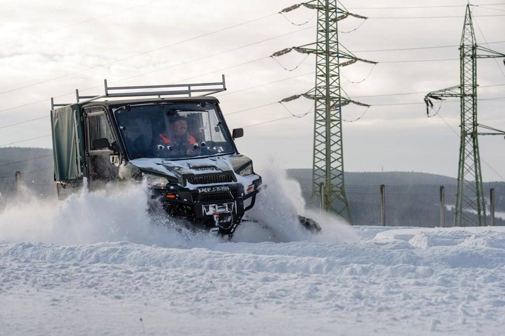 V zimním období usnadňuje a zrychluje práce v terénu i čtyřkolka Polaris.