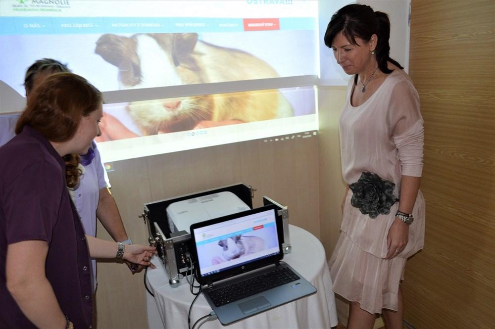 Ředitelka domova Magnolie Andrea Gibejová (vpravo) se svými kolegyněmi při testování interaktivního zobrazovače.