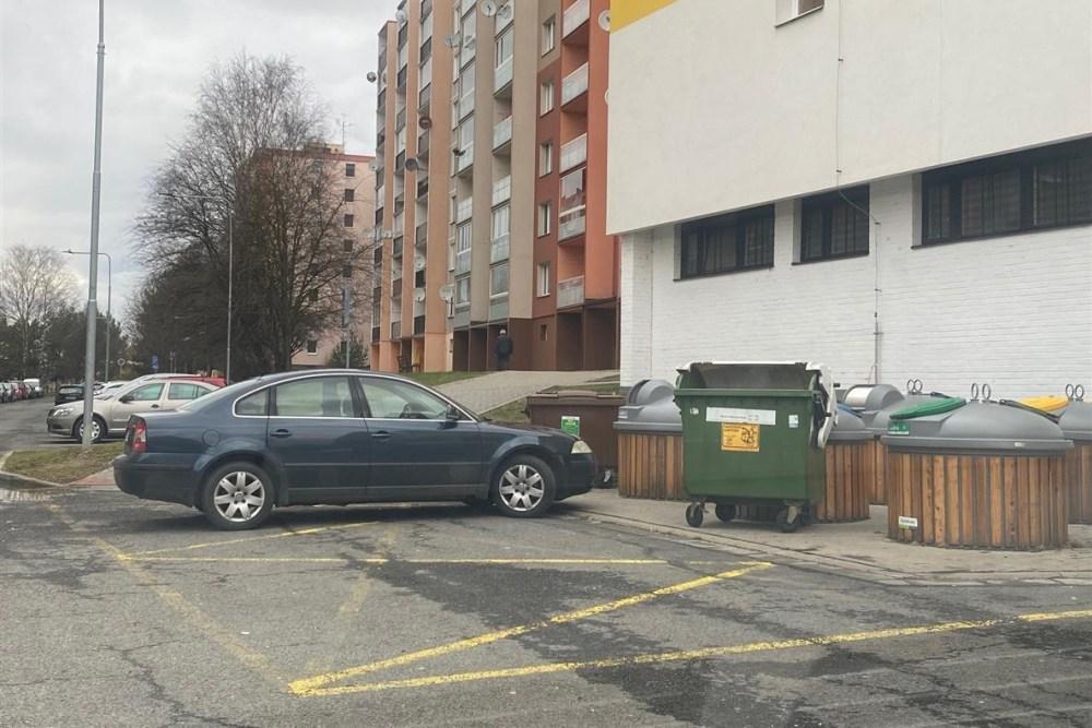 Špatně zaparkovaná vozidla v sídlištích brání nejen průjezdu vozidel IZS, ale také popelářů a stále častěji i vyvážení stanovišť polopodzemních kontejnerů.