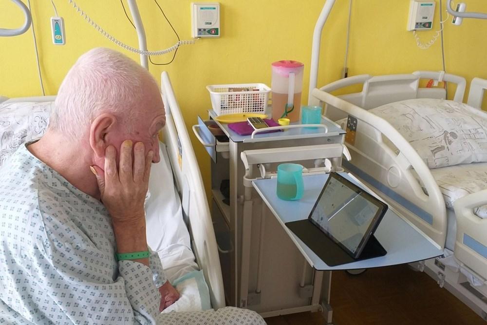 Díky soukromému dárci, který léčebně věnoval několik kusů tabletů, teď mohou být hospitalizovaní pacienti v pravidelném obrazovém kontaktu se svými rodinami a přáteli.
