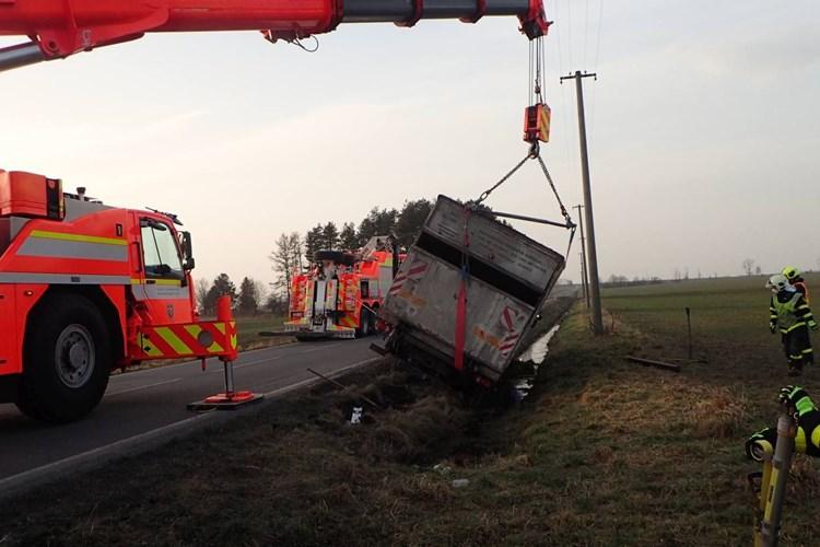 Těžká hasičská technika pomáhala v Bruzovicích a Dolním Benešově s vyproštěním nákladních automobilů