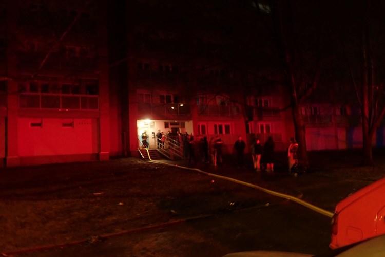 Škodu za 100 tisíc korun způsobil požár kuchyně v Kopřivnici, hasiči a policisté z domu vyvedli více než tři desítky obyvatel