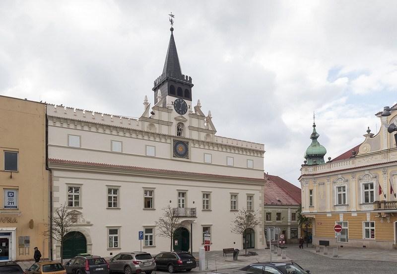 Hlavní průčelí Staré radnice po celkové obnově.