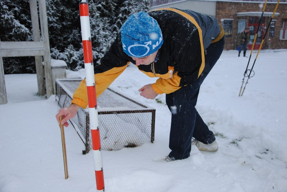 Odborný pracovník Petr Zelený při měření výšky sněhové pokrývky.