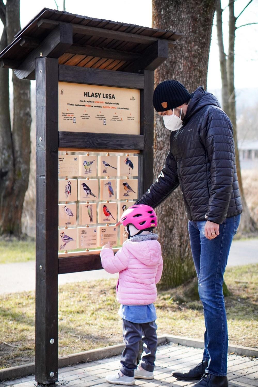 Jedna z interaktivních tabulí nové naučné stezky nabízí možnost seznámení s ptáky žijícími v této lokalitě. Díky QR kodu u každého z obrázků si po jeho stažení mohou děti poslechnout zpěv konkrétního opeřence.