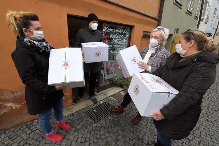 Krajská hospodářská komora Karlovarského kraje nakoupila respirátory pro potřebné