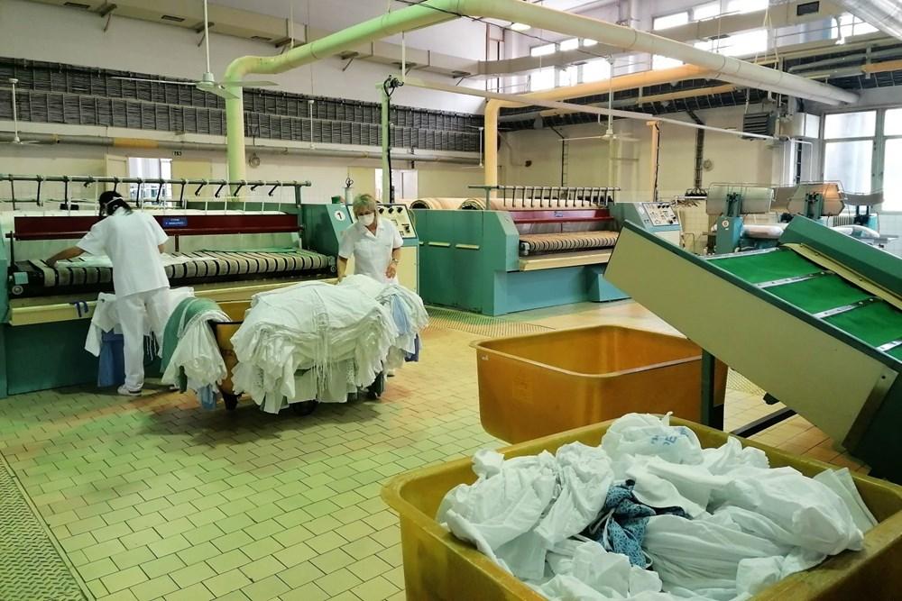 Na fotografii je zachycena tzv. čistá část provozu prádelny pelhřimovské nemocnice.