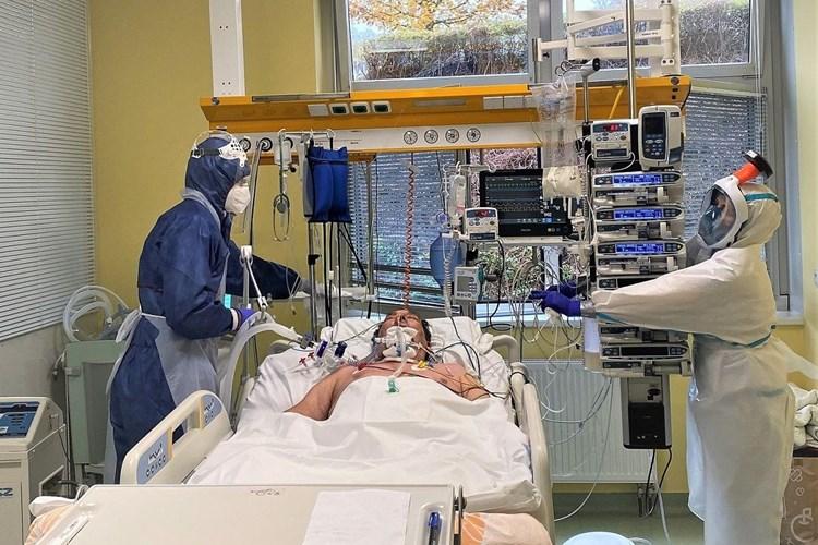Počet covidových pacientů se v krajských nemocnicích v Plzeňském kraji postupně blíží třem stům