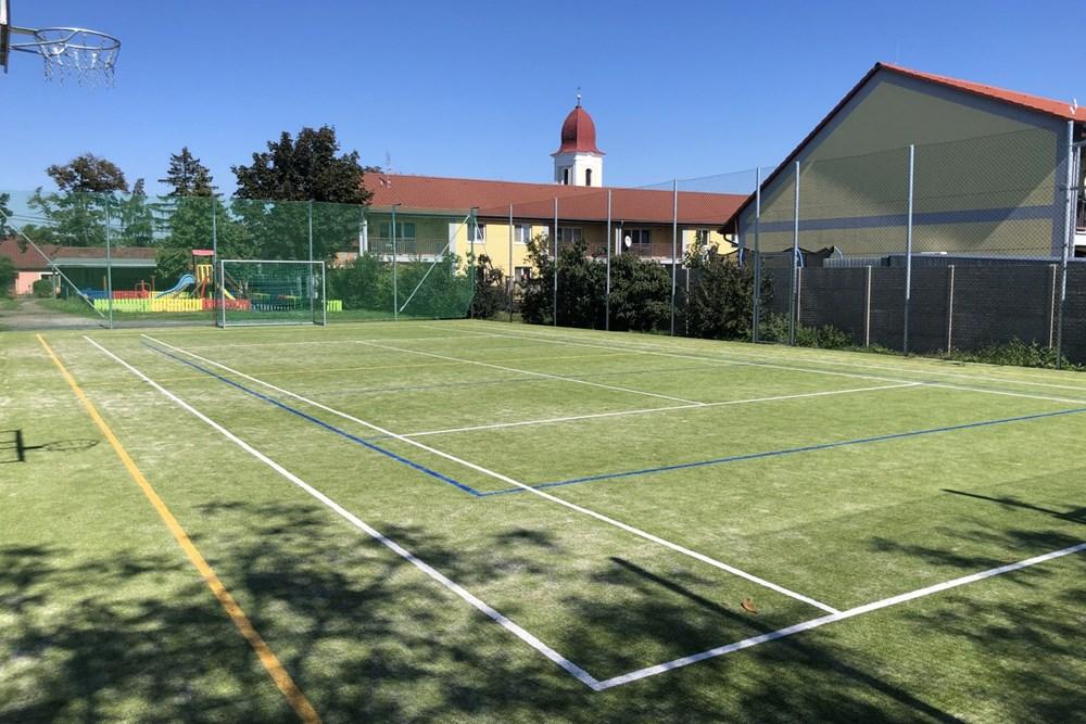 V roce 2020 byl realizován projekt revitalizace sportovní plochy hřiště vč. doplnění herních prvků.