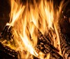 Malé čarodějnické ohně na zahradě jsou mnohdy nebezpečnější než ty velké, veřejné