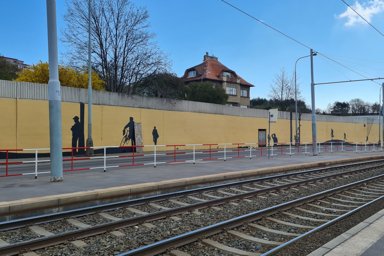 Na zdi u libeňské Vychovatelny v Praze 8 ožívá příběh Anthropoidu