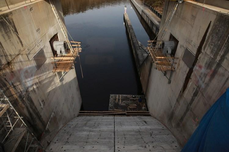 Stavbaři Metrostavu svářejí pod vodou  u Hněvkovické přehrady