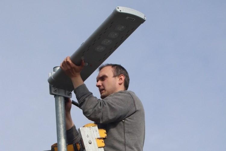 V Žabni svítí lidem na cestu solárními lampami