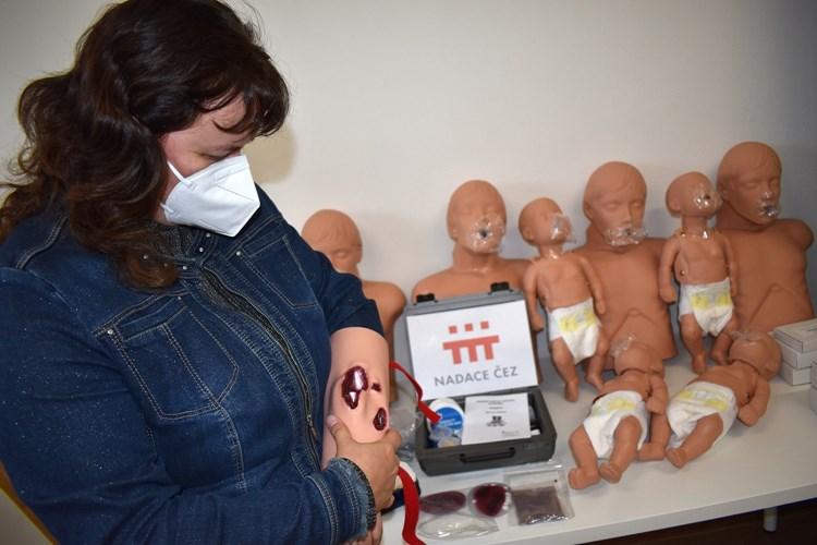 """Zdravotníci vyrazí za dětmi na tábory s trenažérem defibrilátoru a """"Andulami"""""""