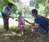 Cyklisté s přilbou dostávali na Střeleckém ostrově dárky