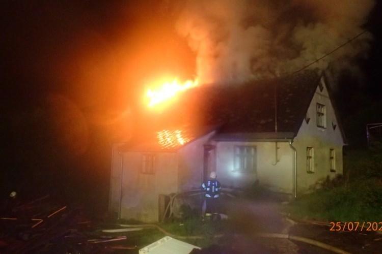 Po úderu blesku hořela střecha rodinného domku