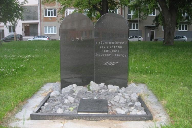 Před dvaceti lety byl odhalen památník na místě starého židovského hřbitova