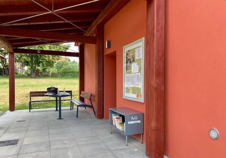 Knihovnu návštěvníci najdou hned vedle vchodu do domku, pod stříškou s posezením.