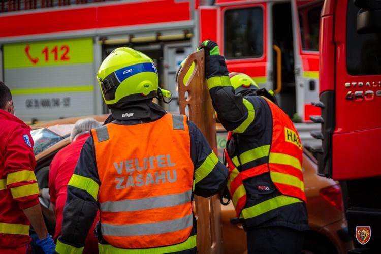 Po střetu osobního automobilu a kamionu v Hnojníku museli hasiči vyprostit jednoho z řidičů
