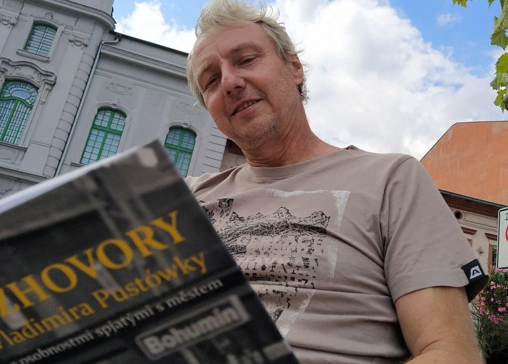 Vladimír Pustowka se svou knihou.