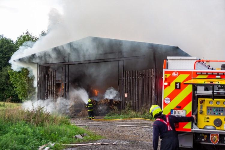 Požár seníku ve Lhotce způsobil škodu za dva miliony korun, bojovalo s ním osm jednotek hasičů