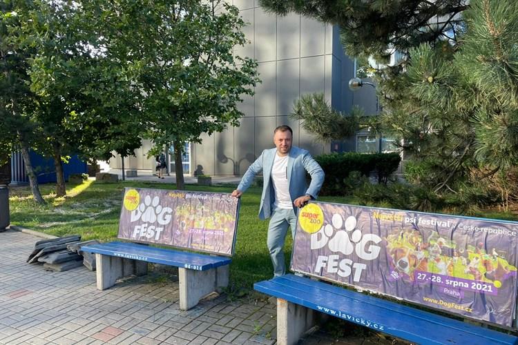 Z Prahy začínají mizet desítky nevzhledných reklamních laviček