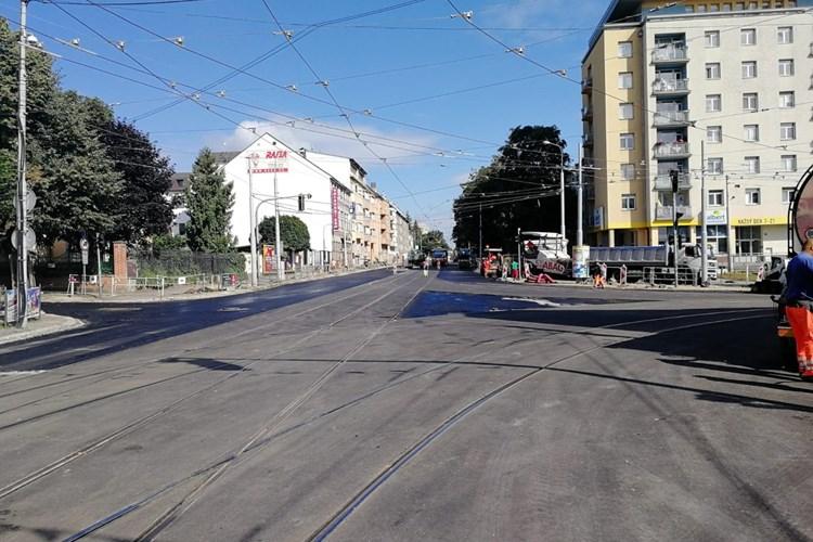 Křižovatku u Semilassa se podařilo opravit rychleji, pro tramvaje i osobní dopravu se otevře o tři týdny dříve