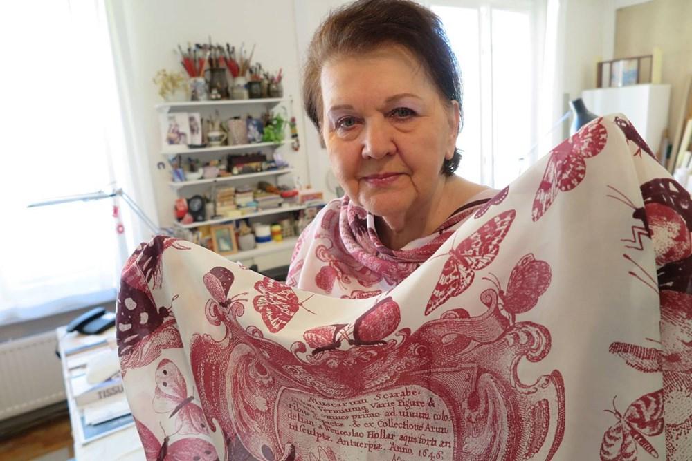 Popis: Jarmila Handzelová s autorským šátkem inspirovaný dílem Václava Hollara.