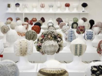 Výstava prezentuje unikátní sbírku lidových čepců ze Slovenského národního muzea v Martině