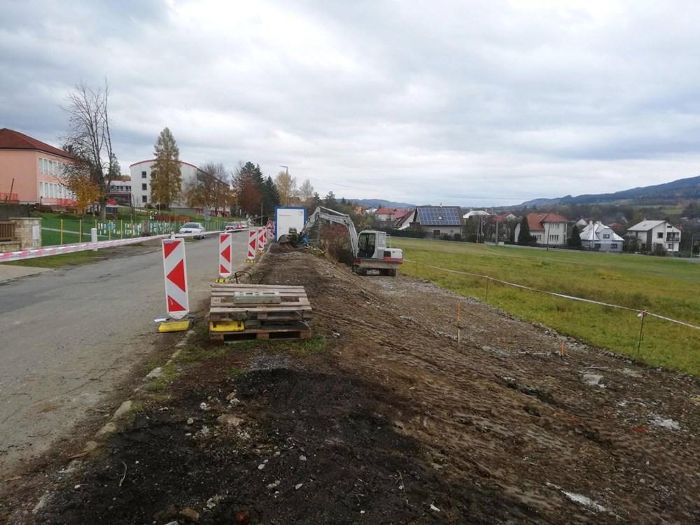 Popis: Započala stavba nového parkoviště u mateřské školy.