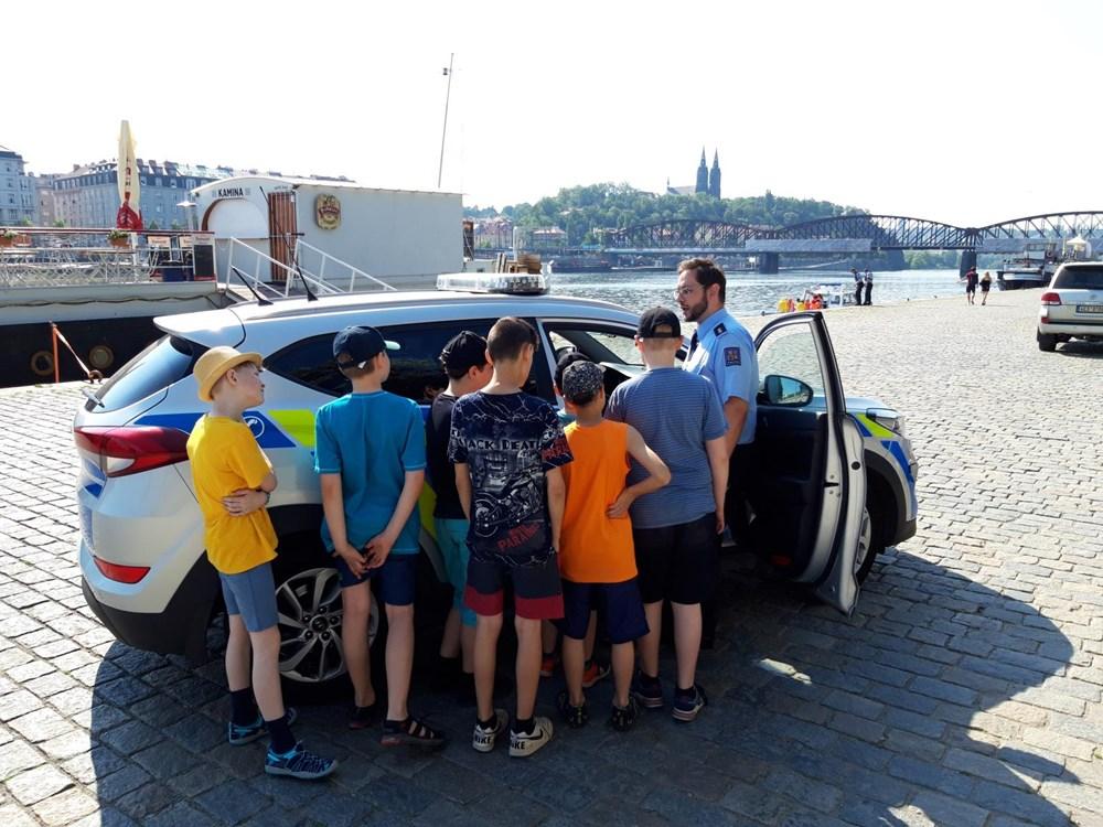 Popis: Děti se seznámily s prací policie. Zkusily si i modelové situace.