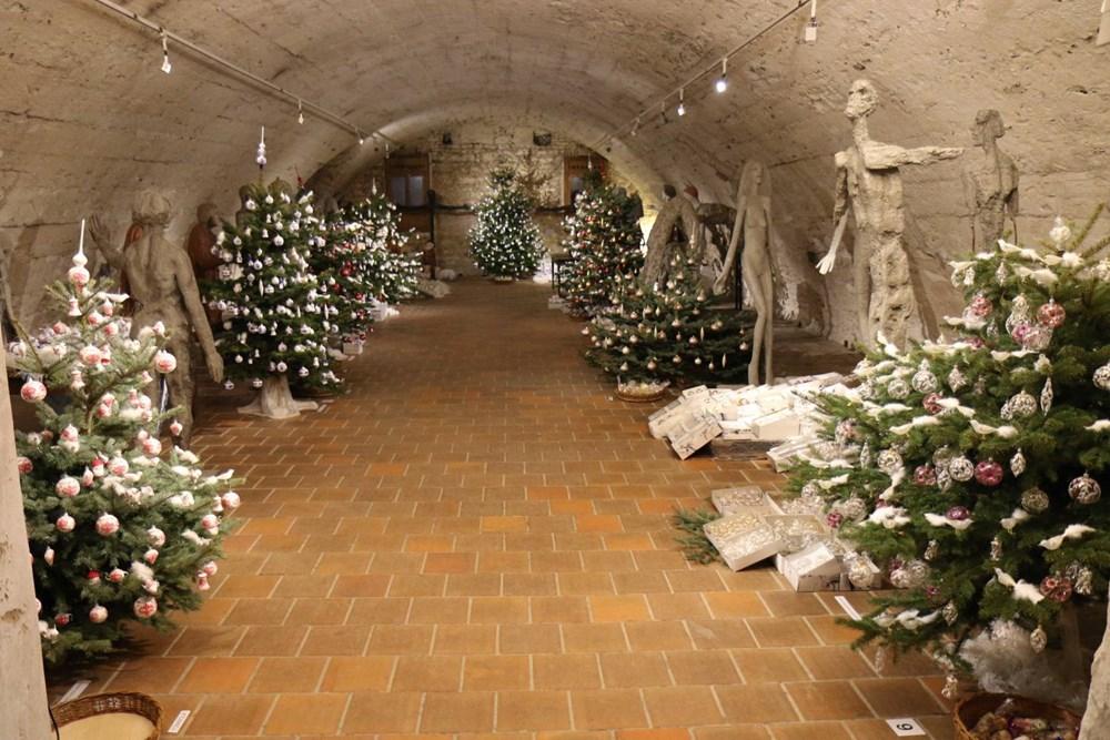 Popis: Výstava vánočních ozdob v Zámeckém sklepení v Litomyšli se nese v duchu příběhů dvou chlupatých kamarádů - psa a kočky.