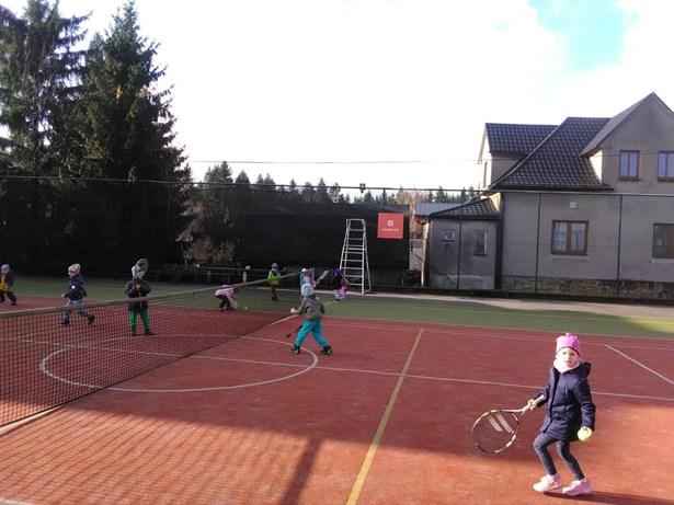 Popis: Kluci a holky dostanou od Mostů u Jablunkova pod stromeček tenisové rakety a další sportovní vybavení, které jim bude k dispozici na obou hřištích v obci zcela zdarma.