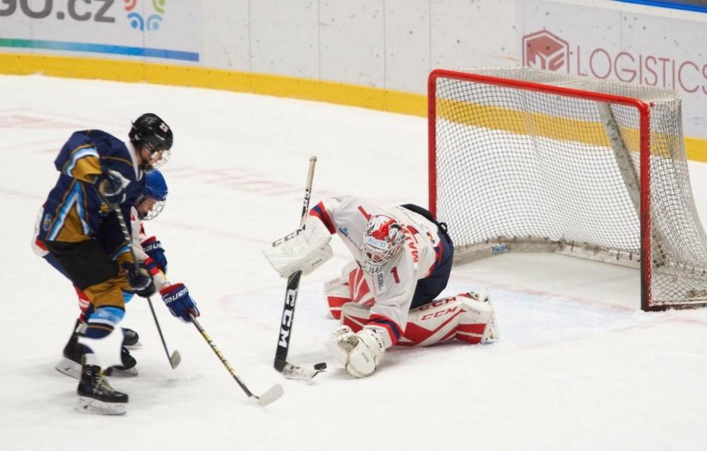 Popis: Pardubice oslavily 30 let svobody mládežnickým hokejem. Na snímku je momentka ze zápasu Pardubic s Kladnem.