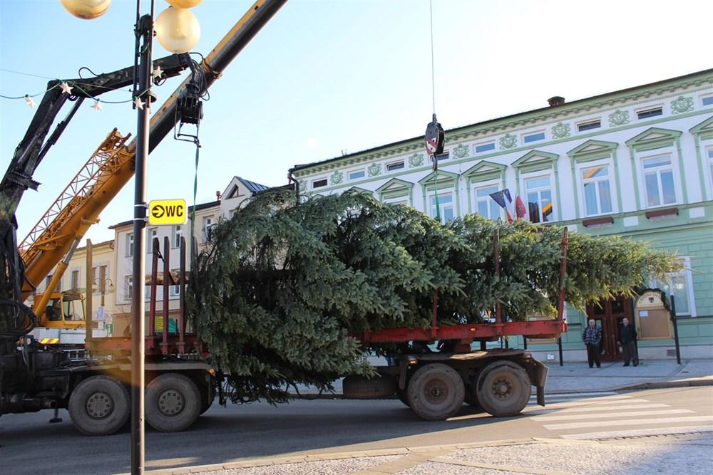 Popis: Rožnovské Masarykovo náměstí od pondělí 25. listopadu zdobí vánoční strom.