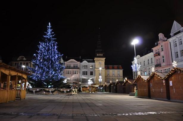Popis: Vánoční strom na Masarykově náměstí v centru Ostravy.