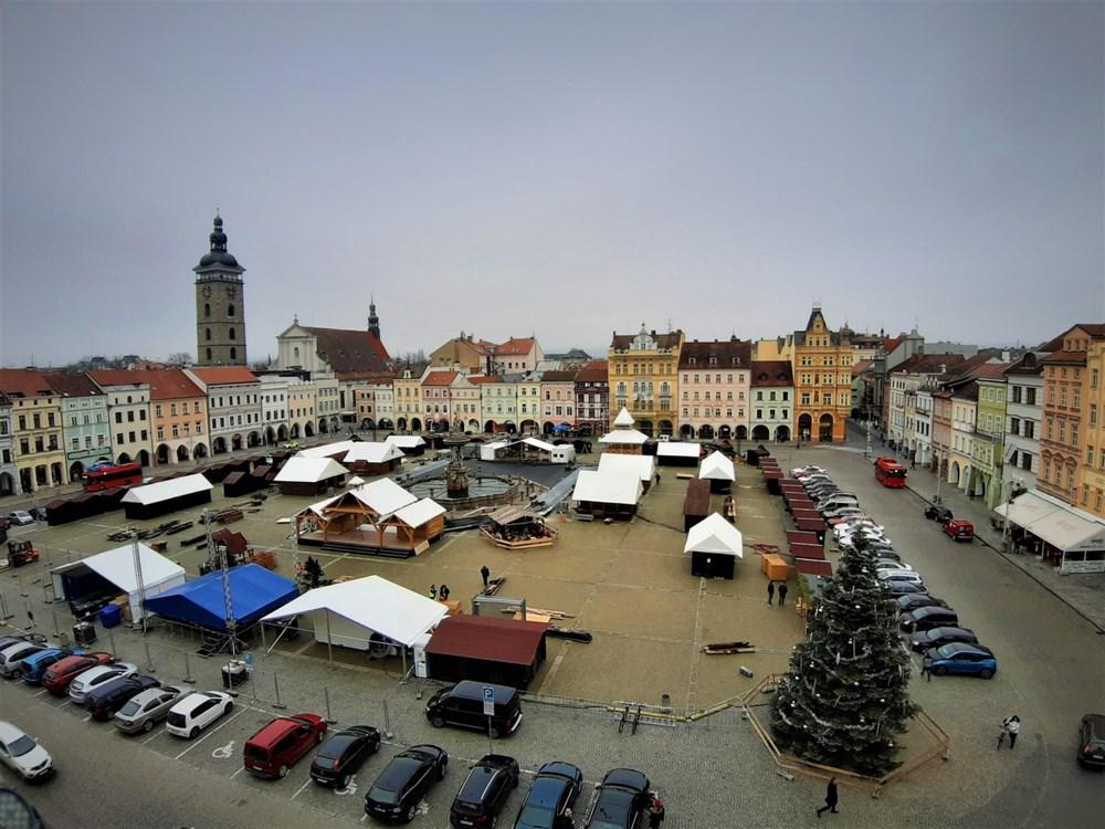 Popis: Náměstí Přemysla Otakara II. v Českých Budějovicích postupně zaplňují stánky, atraktivní kluziště i vyhlídková věž.