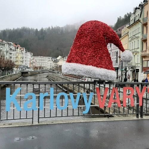 Zpívající strom, světelné brány, fontány i čepice rozsvítí letošní Vánoční trhy v Karlových Varech